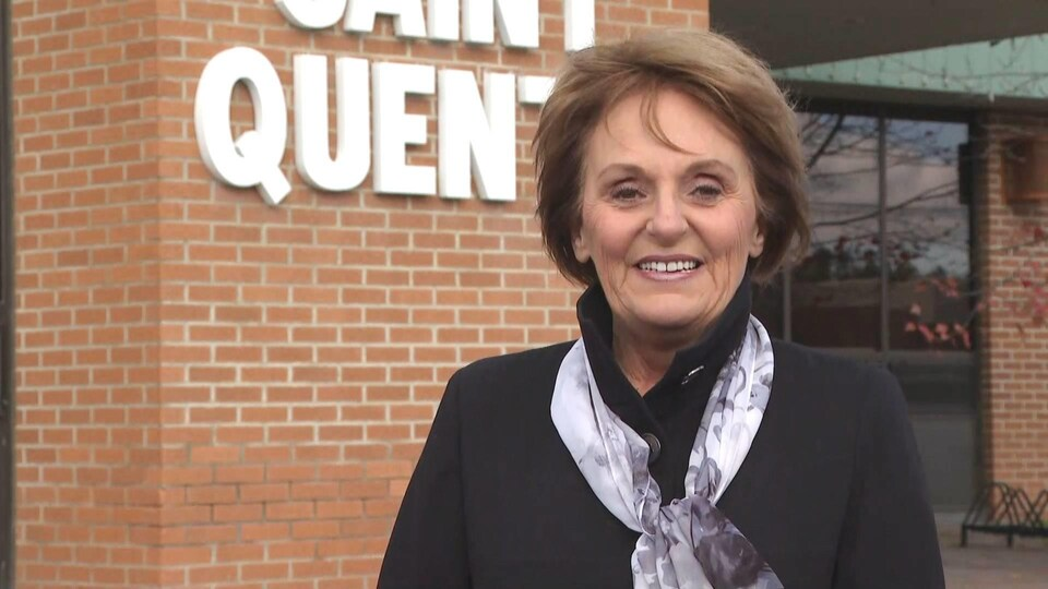 La mairesse devant l'édifice municipal de Saint-Quentin.