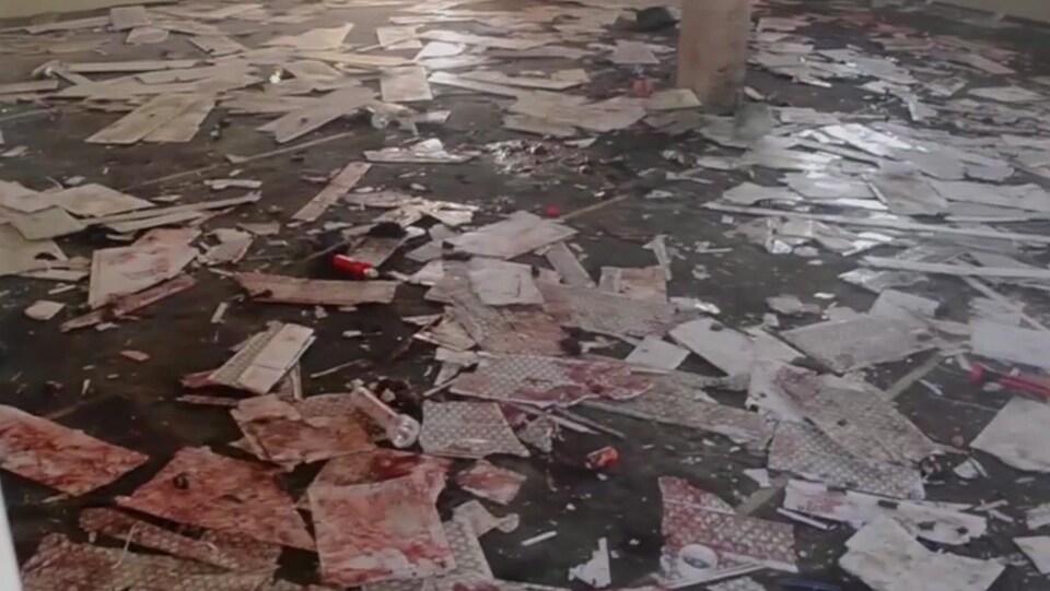 Des débris tachés de sang jonchent le sol d'une mosquée visée par le groupe terroriste Boko Haram au Nigeria.
