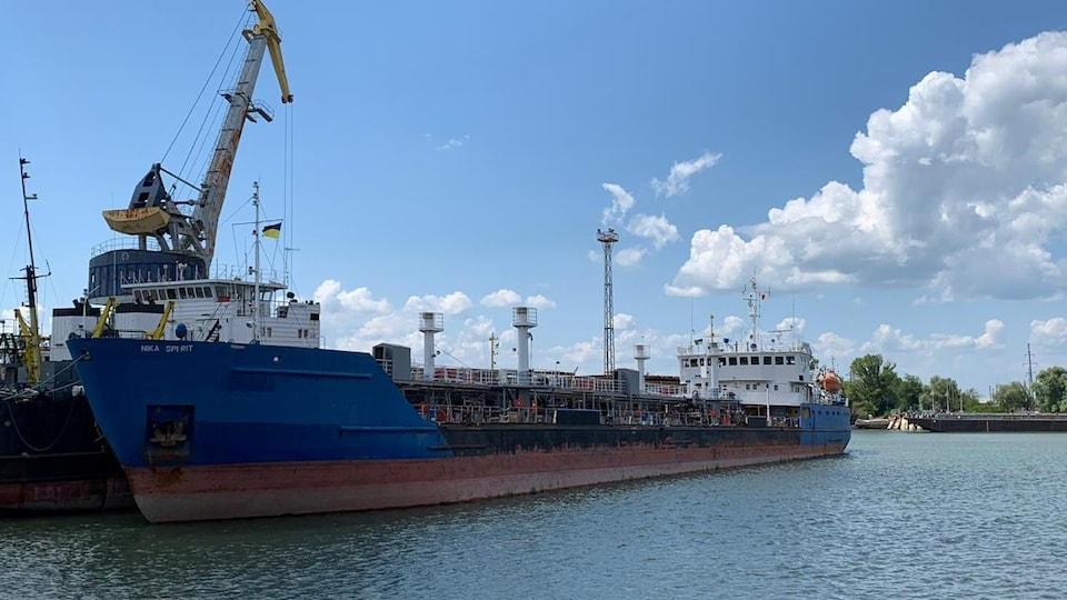 Le Nika Spirit, immobilisé dans un port.