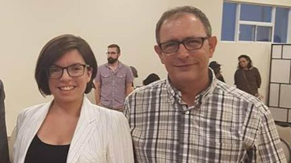 Niki Ashton se tenant à côté de Nazih Khatatba lors d'un évènement public.