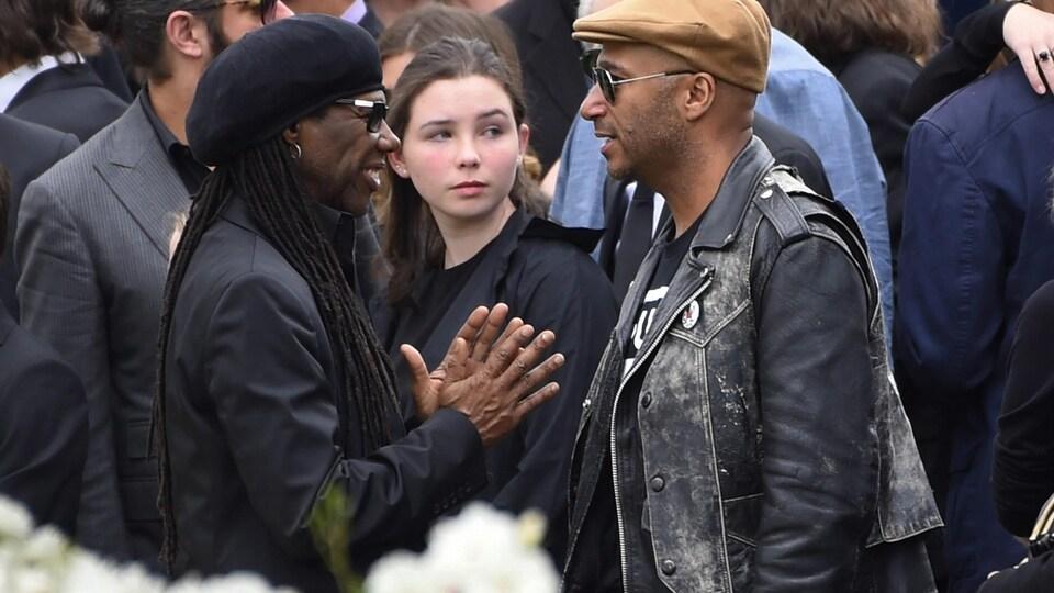 Les artistes américains Nile Rodgers et Tom Morello discutent lors de l'enterrement de Chris Cornell à Los Angeles.