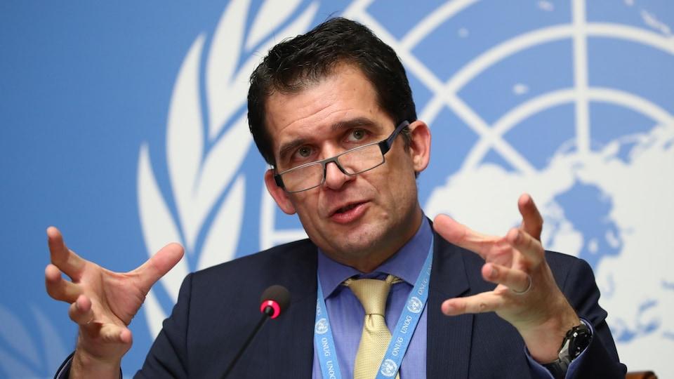 Nils Melzer, en conférence de presse devant un logo des Nations unies.
