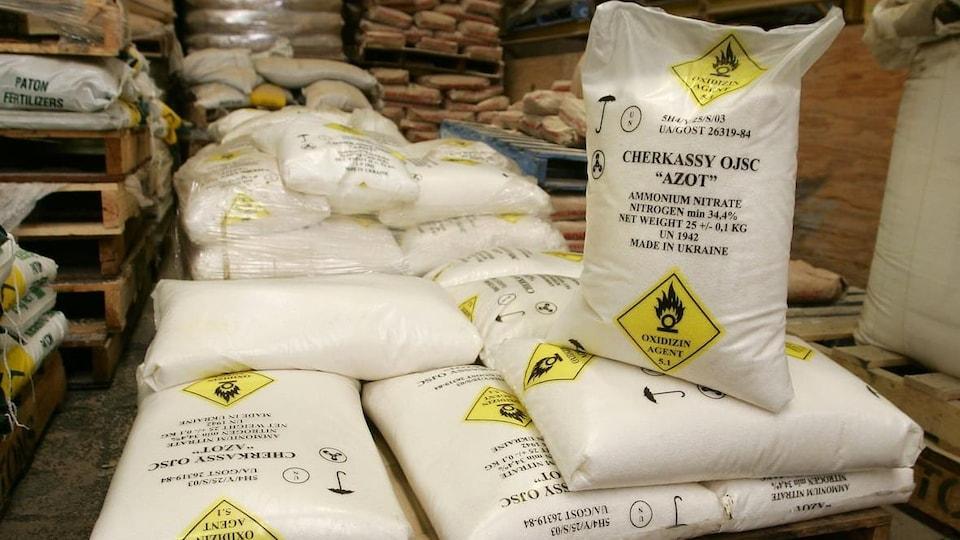 Des sacs de nitrate d'ammonium.