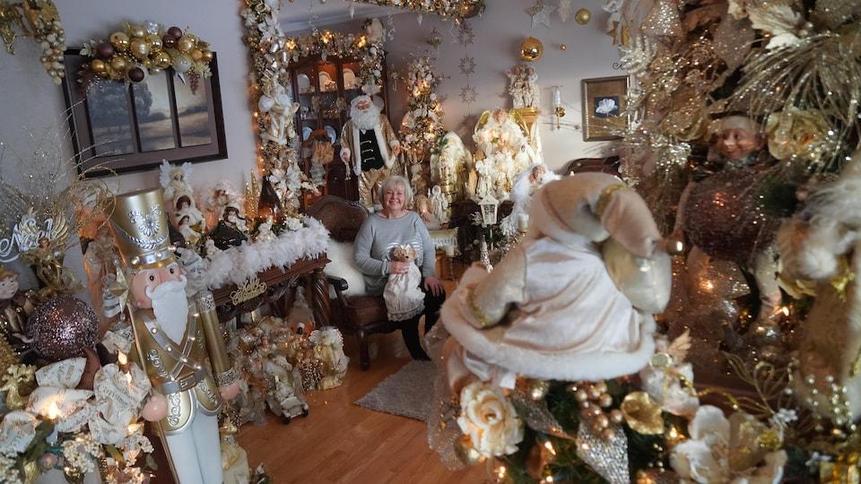 Le salon d'une femme à l'effigie de Noël.