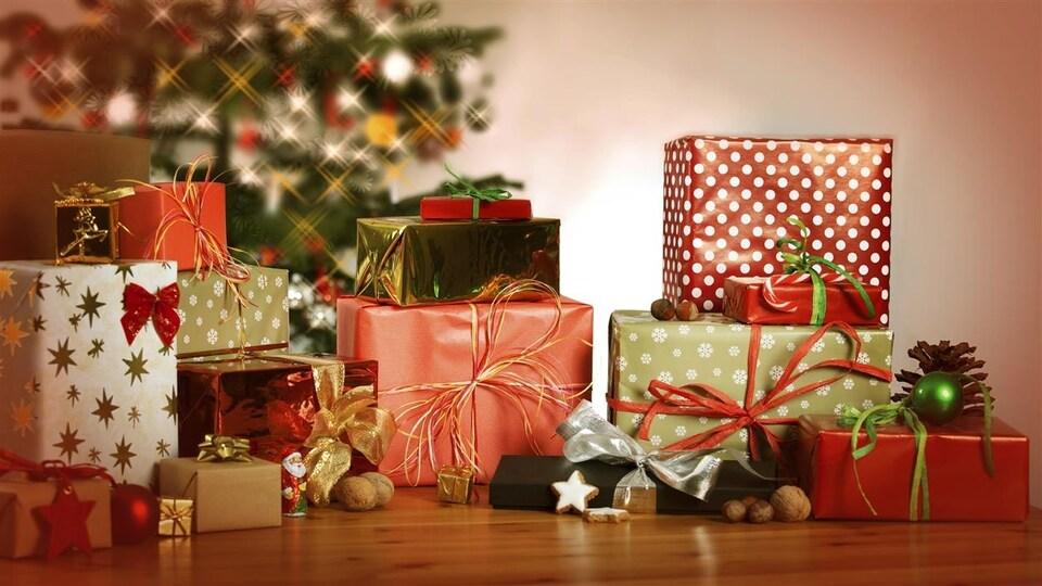Des cadeaux de Noël sous un sapin décoré