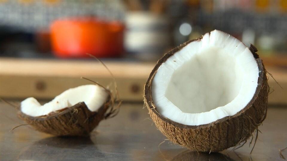 Une noix de coco cassée sur un comptoir