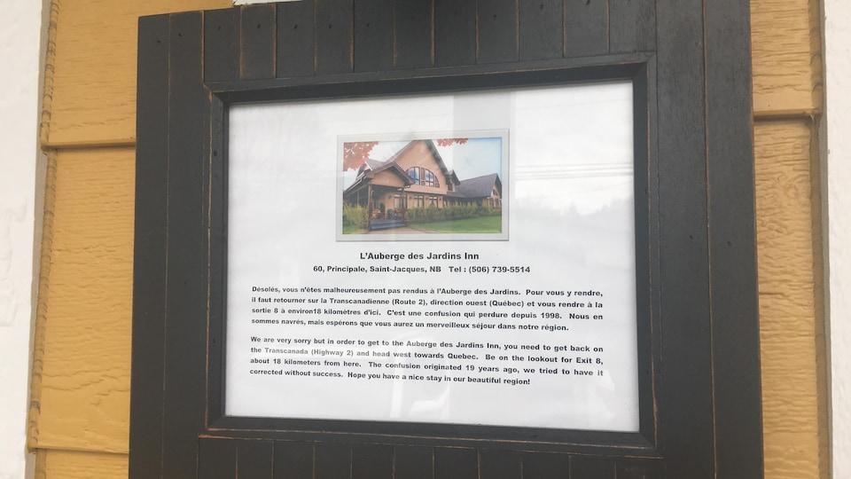 Louise Giroux a dû installer cette pancarte devant sa maison pour indiquer aux touristes qu'ils n'étaient pas à la bonne adresse.