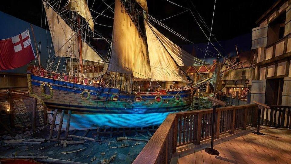 Un bateau du 17e siècle dans une reconstitution d'un port au Musée du Manitoba.