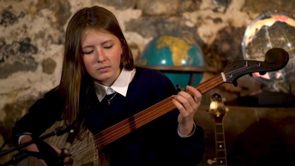Nora Brown joue du banjo sur scène.