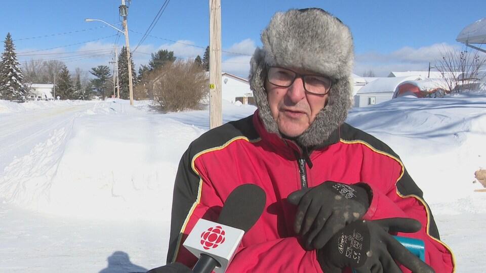 Un  homme avec un chapeau d'hiver