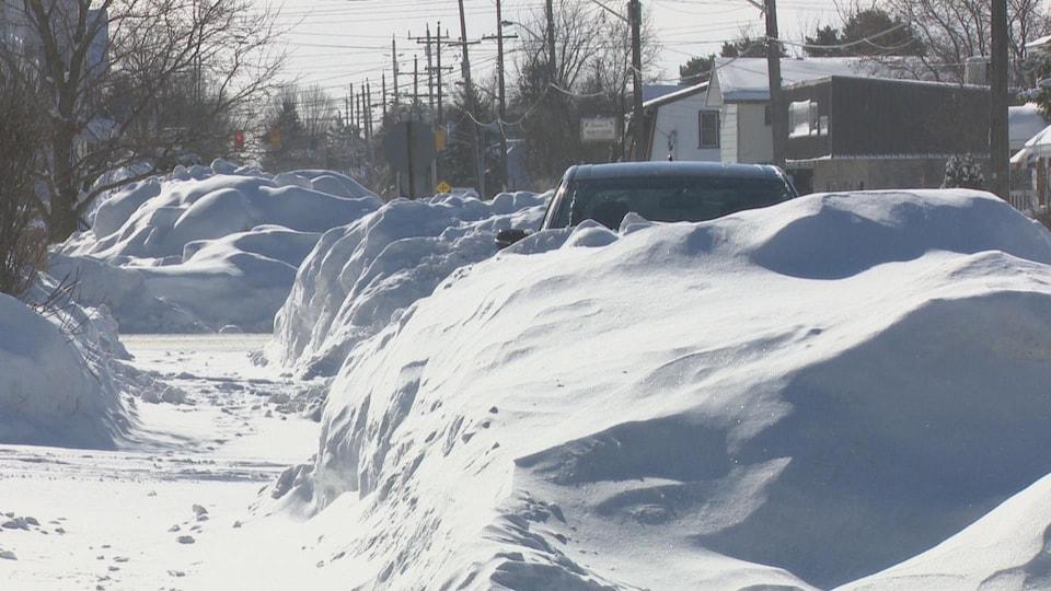 Une voiture sous la neige.