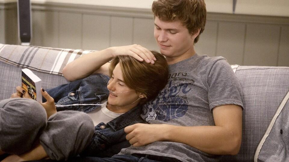 Les deux amoureux se collent sur le divan.