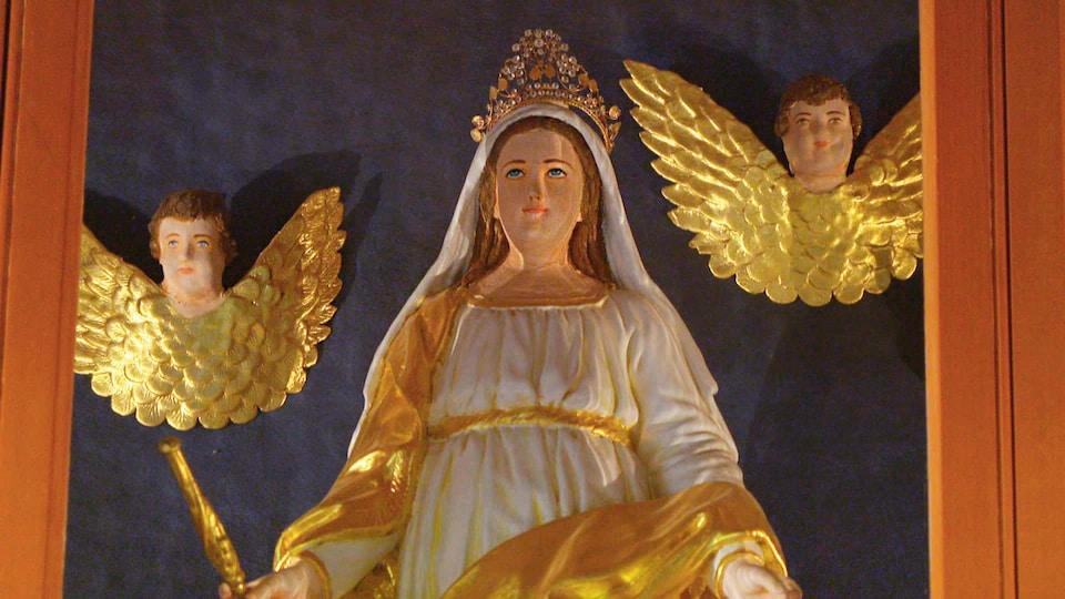 Une statue de Notre-Dame, doréet blanche
