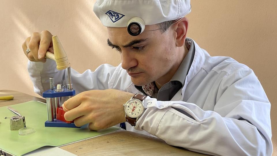 Xavier Giraudet tient des outils.
