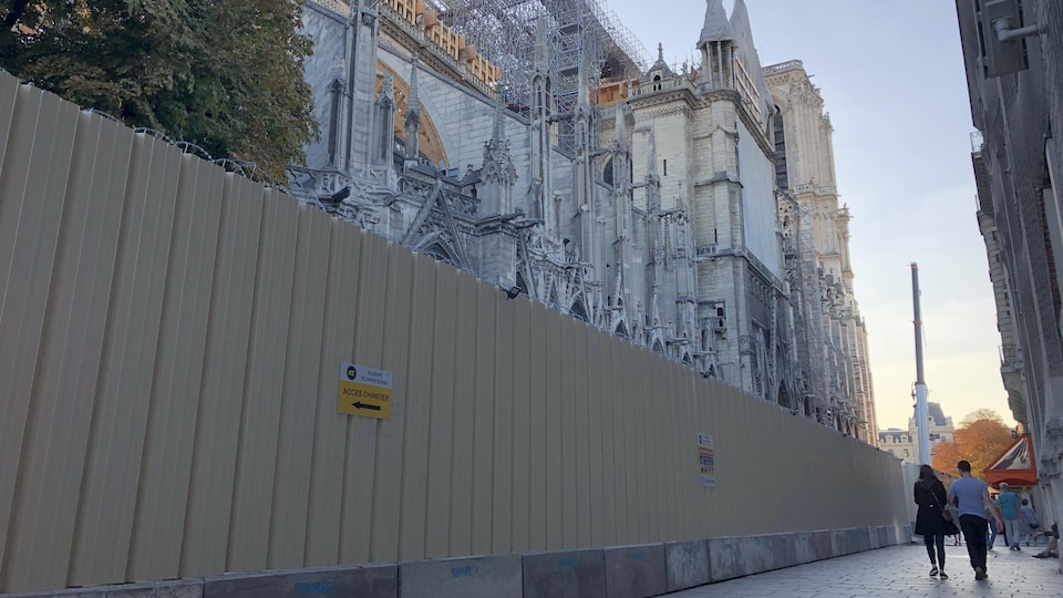De grands panneaux longent la cathédrale.