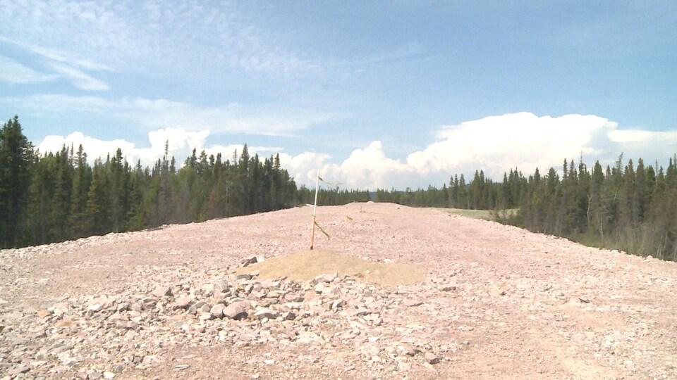 Un bout de route en gravier encore en construction qui sera un des nouveaux tronçons de la route 389.