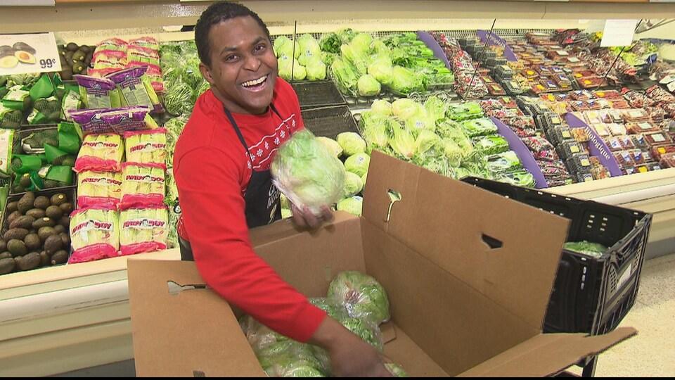 Luis Manuel Bonilla Garcia, immigrant, travaillant dans un supermarché de Baie-Comeau.