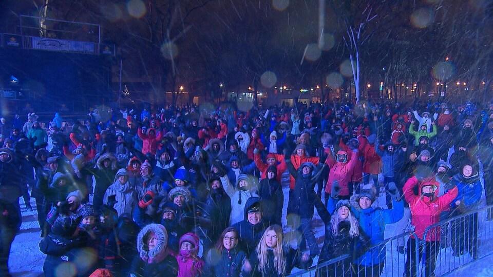 Une partie de la foule aux festivités célébrant le passage au 1er janvier 2017, à Québec.