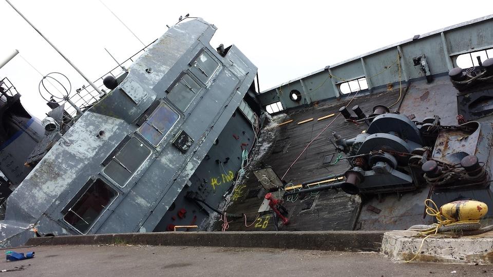 Le navire est penché sur le quai