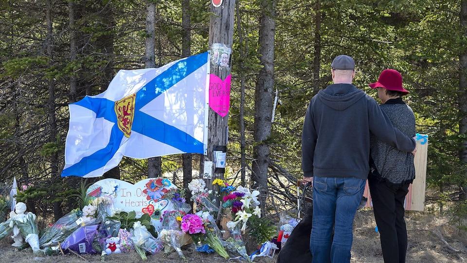 Un couple est venu rendre hommage aux victimes de la tuerie, à Portapique, mercredi.