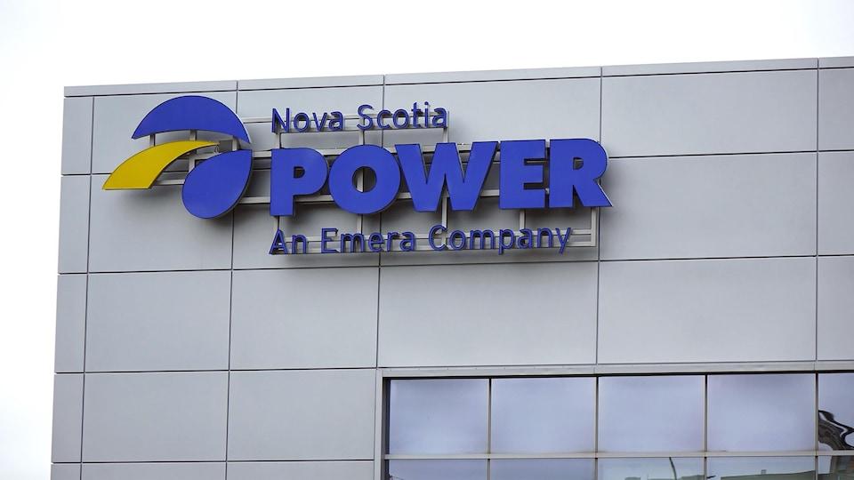 Enseigne de Nova Scotia Power au siège social d'Emera à Halifax en 2018.