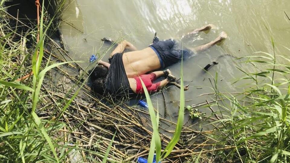 Deux corps allongés sur le ventre sur la rive du Rio Grande.