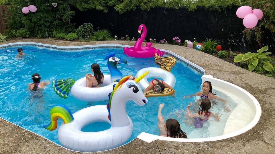 Des enfants se baignent dans une piscine.
