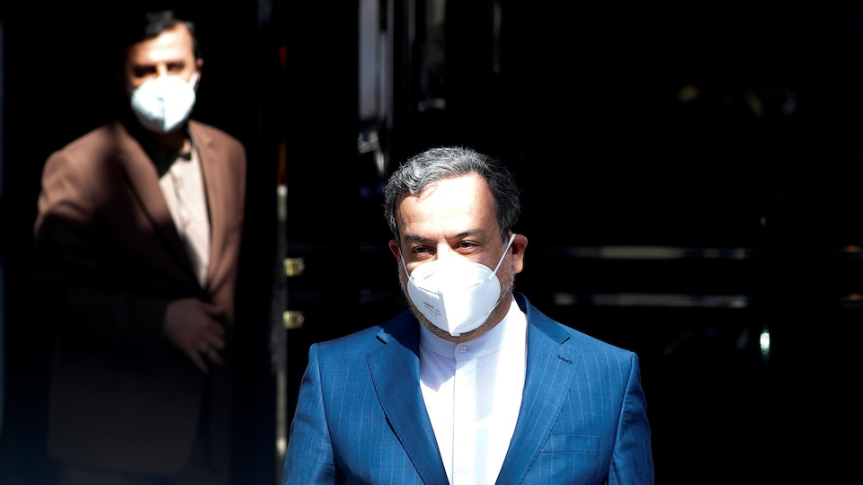 Deux hommes portant un masque.