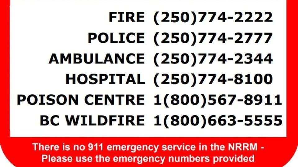 Une affiche de la municipalité régionale des Rocheuses du Nord qui indique des numéros de téléphone à contacter en cas d'urgence.