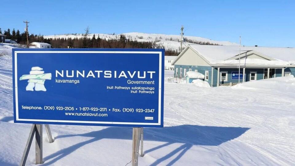 L'affiche du gouvernement du Nunatsiavut devant un bâtiment.