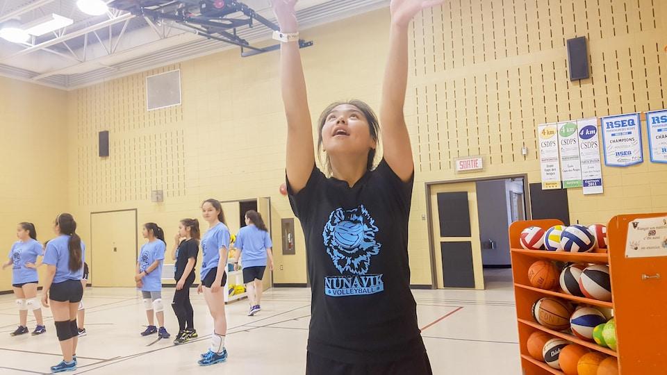 Une jeune joueuse de volleyball du Nunavik