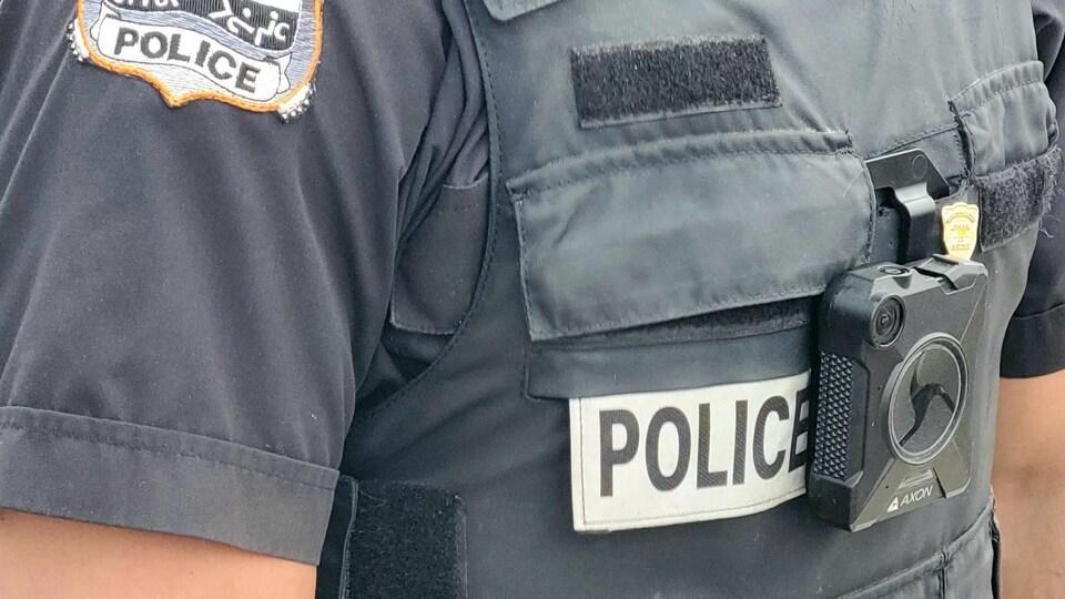 Un policier du Corps de police régional Kativik est muni d'une caméra corporelle.