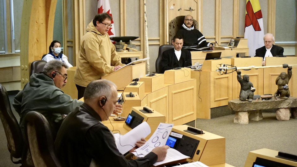 Le ministre George Hickes réunit en Chambre avec les députés et les ministres du Nunavut.