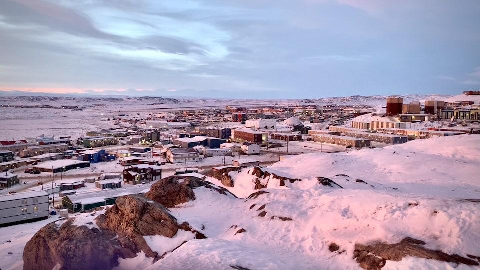 Une vue d'Iqaluit au mois de décembre.