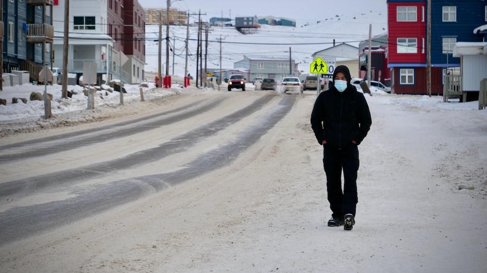 Un passant porte un masque dans une rue d'Iqaluit.