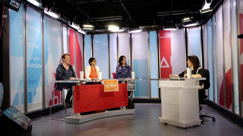 Les trois candidates et une animatrice de CBC lors du débat électoral.