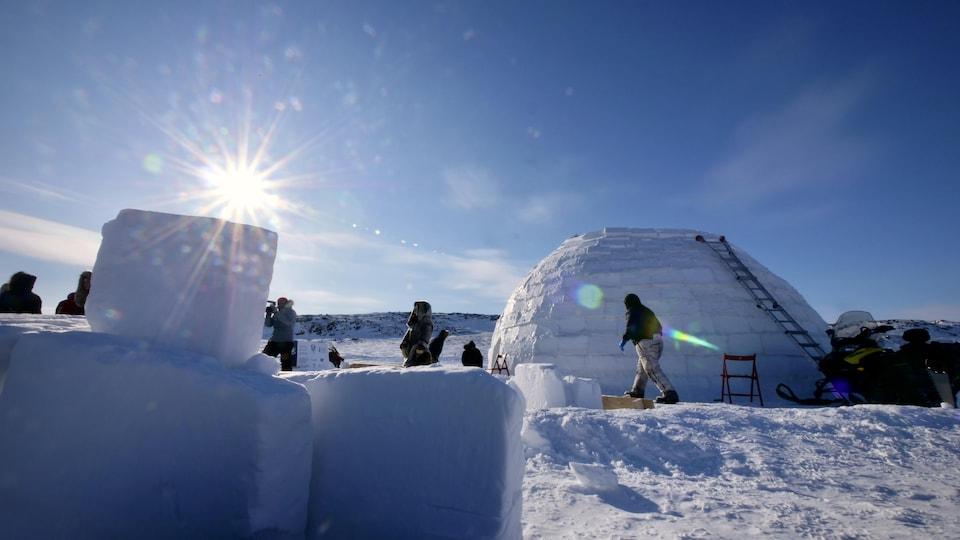 Le soleil plombe sur un gigantesque igloo près d'Iqaluit.