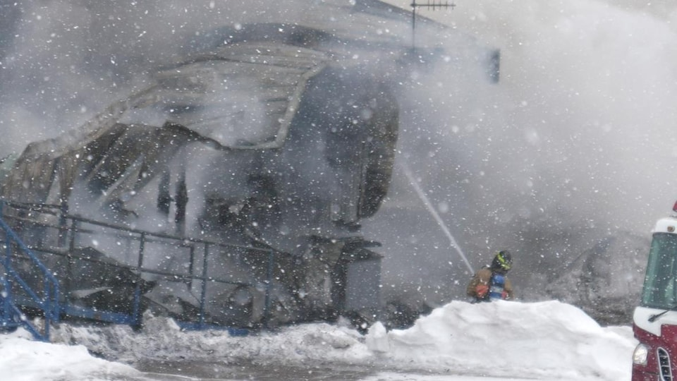 Un pompier tente d'éteindre un incendie.