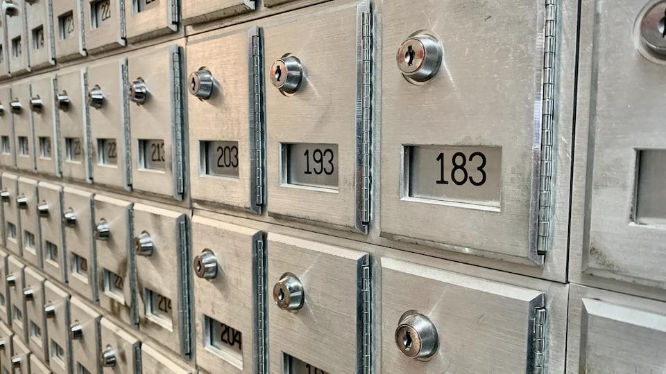 Des boîtes postales du bureau de poste d'Iqaluit.