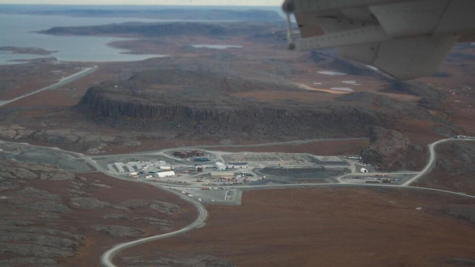 Une vue aérienne de la mine d'or.