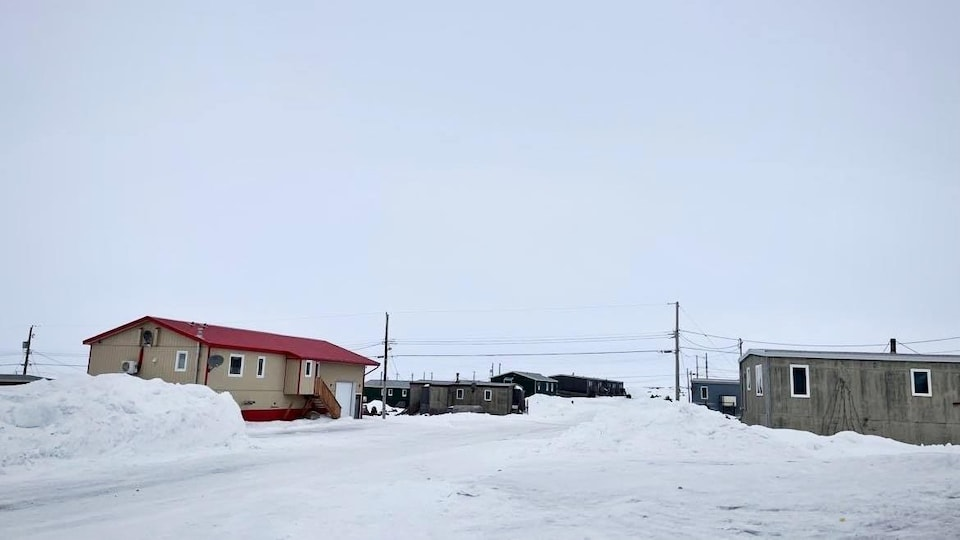Une rue enneigée de Sanikiluaq.