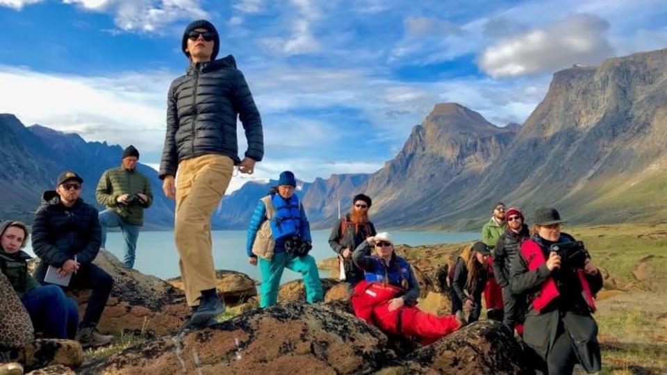 Une équipe de tournage filme une scène du film « Slash Back », de la réalisatrice inuk Nyla Innuksuk.