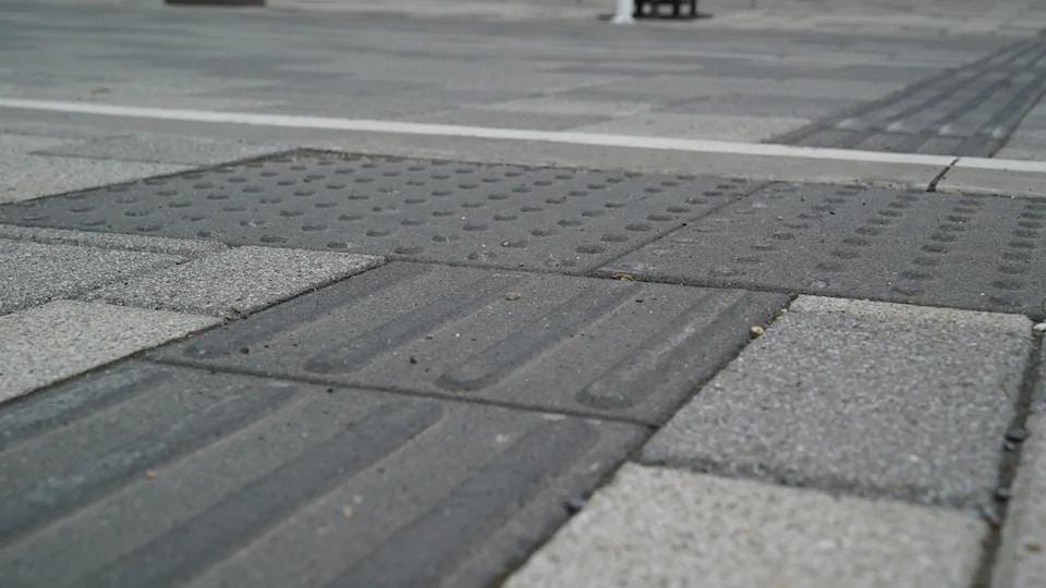 Un trottoir avec une surface texturée.