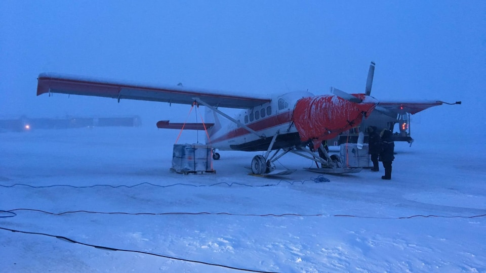 Photo de l'avion pendant dans le blizzard