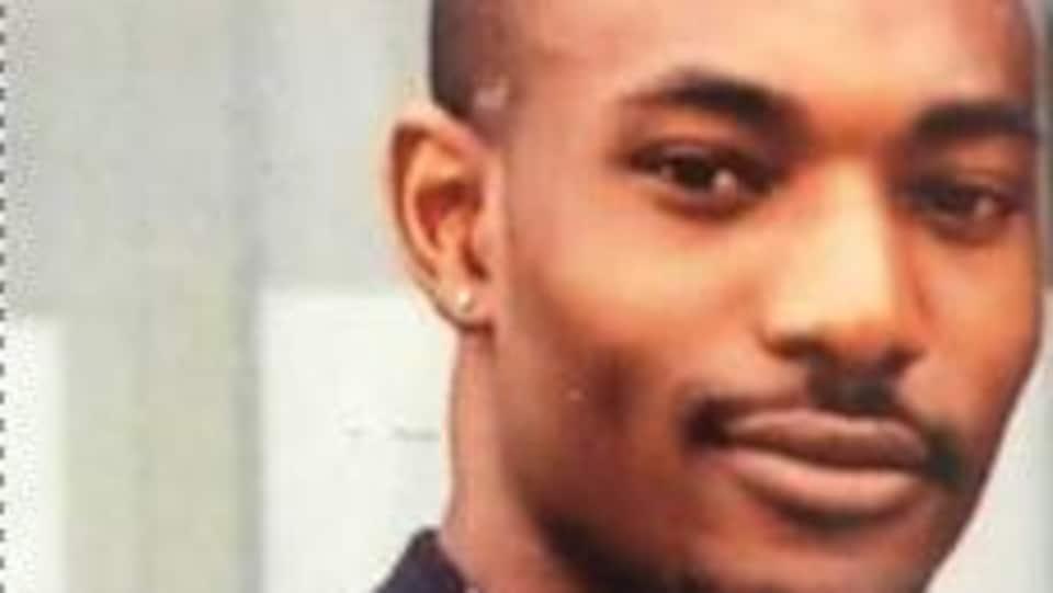 Un jeune homme noir.