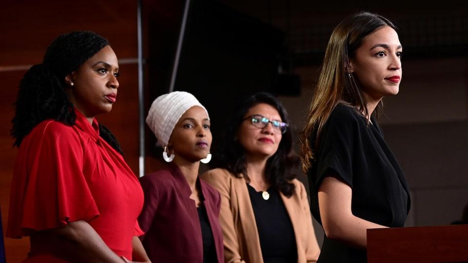 Ayanna Pressley, Ilhan Omar, Rashida Tlaib se tiennent derrière Alexandria Ocasio-Cortez.