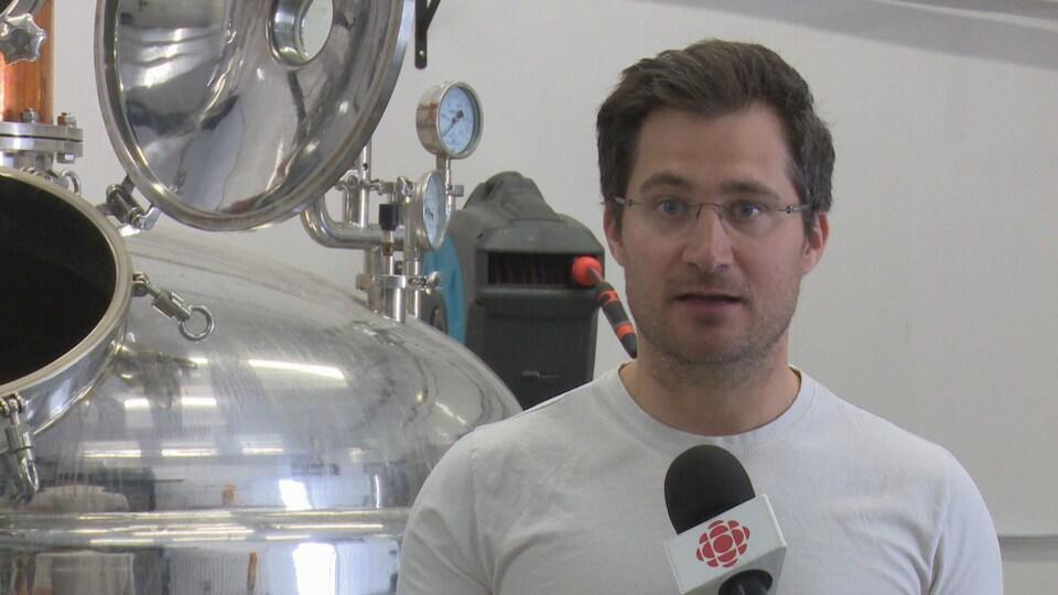 Michael Briand accorde une entrevue à l'intérieur de sa distillerie.