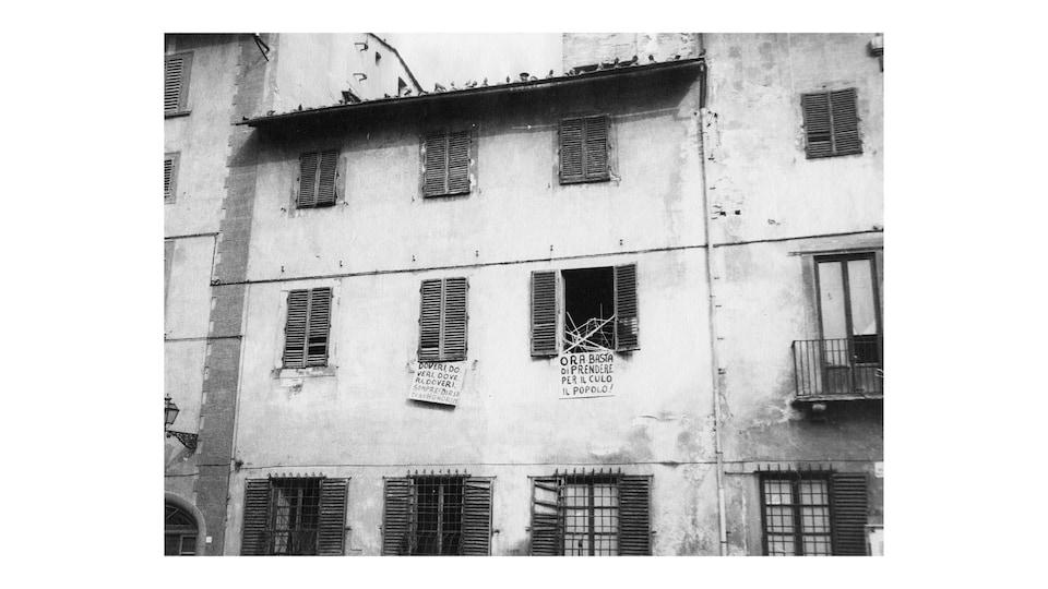 Une maison avec des volets. Photo en noir et blanc.