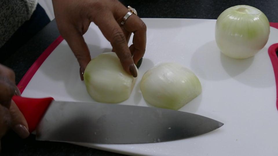 Houmou prépare les oignons.
