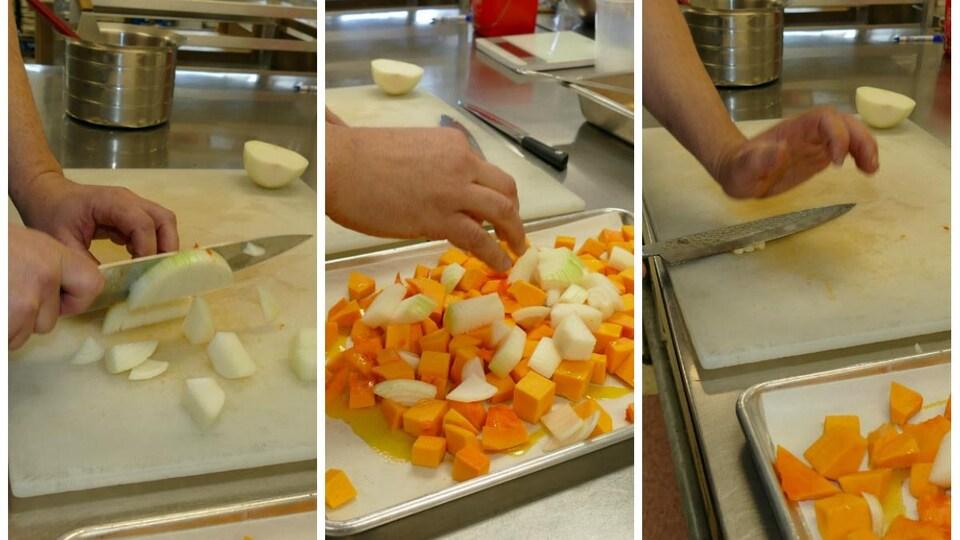 Deux mains coupent l'oignon avec un  gros couteau et le déposent sur la plaque de courges avec l'ail.